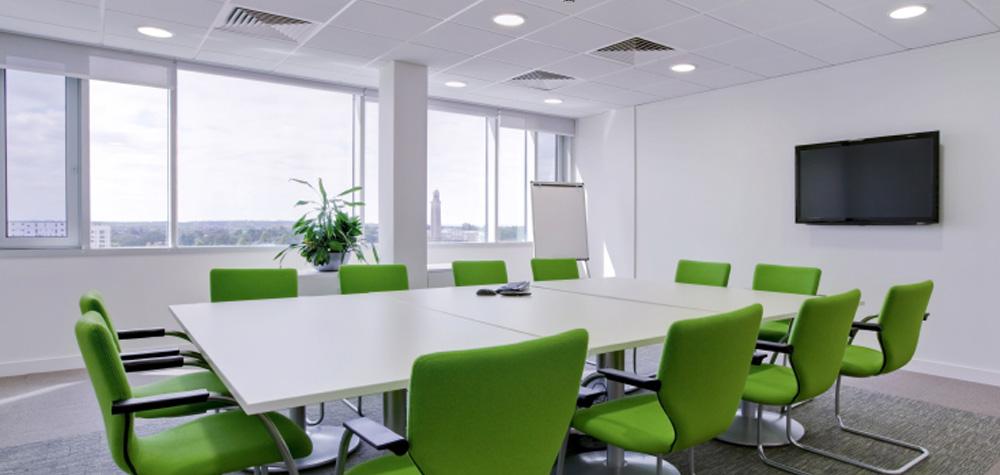 mötesrum med klargröna stolar